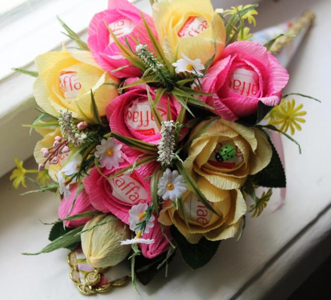 Цветы из гофрированной бумаги своими руками: вкусный букетик цветов из гофрированной бумаги и конфет