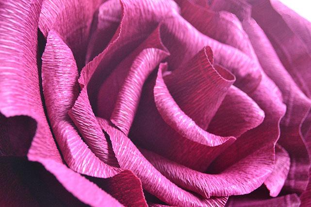 Умело изготовленные цветы из бумаги выглядят совсем как настоящие