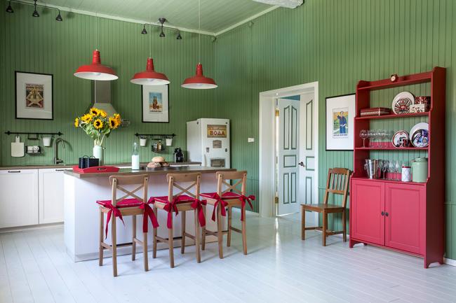 Кухня в стиле кантри с вагонкой оливкового цвета