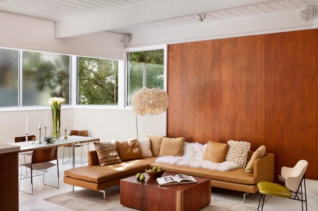 Уютный зал в стиле контемпорари со контрастной отделкой стен