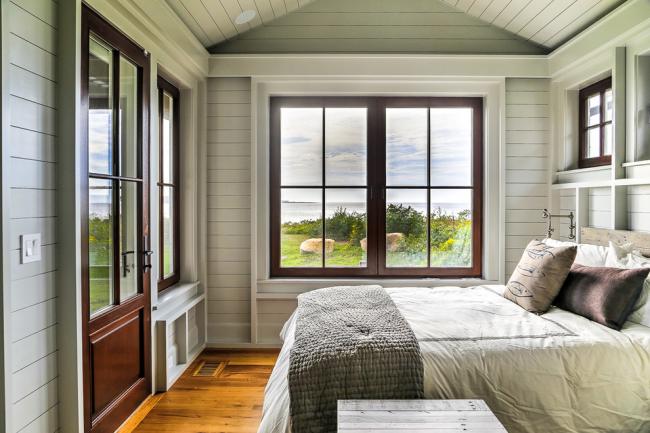 Вагонка светло-серого цвета в спальне морского стиля