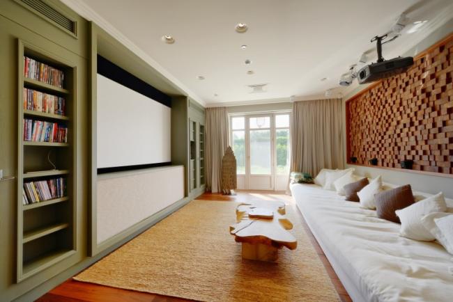 Проектор для домашнего применения в современной гостиной