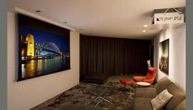 Гостиная в стиле хай-тек с проектором в потолке