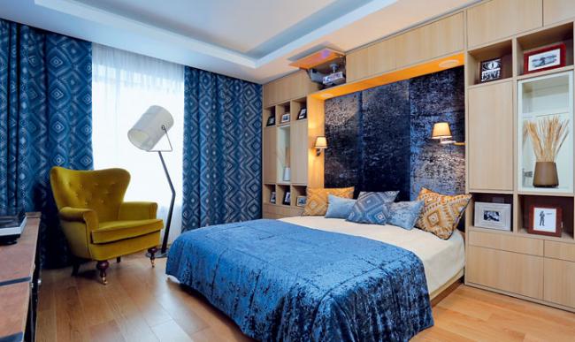 Проекторы для домашнего кинотеатра: спальня с проектором, спрятанным в шкаф