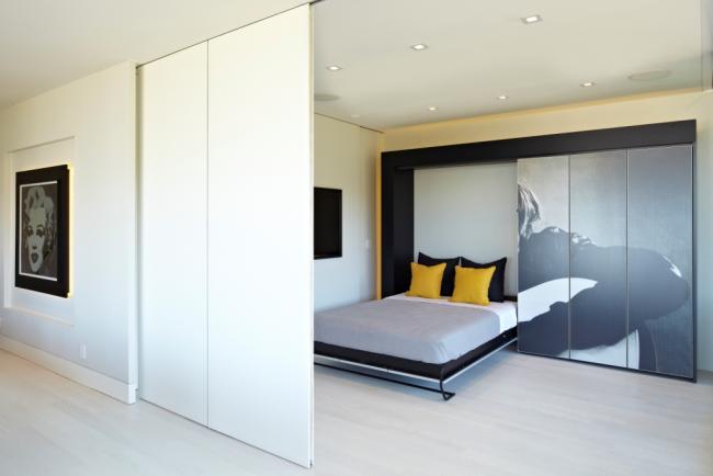 Угловая кровать с подъемным механизмом: ножки кровати выполнены в виде монолитного задвижного металлического блока