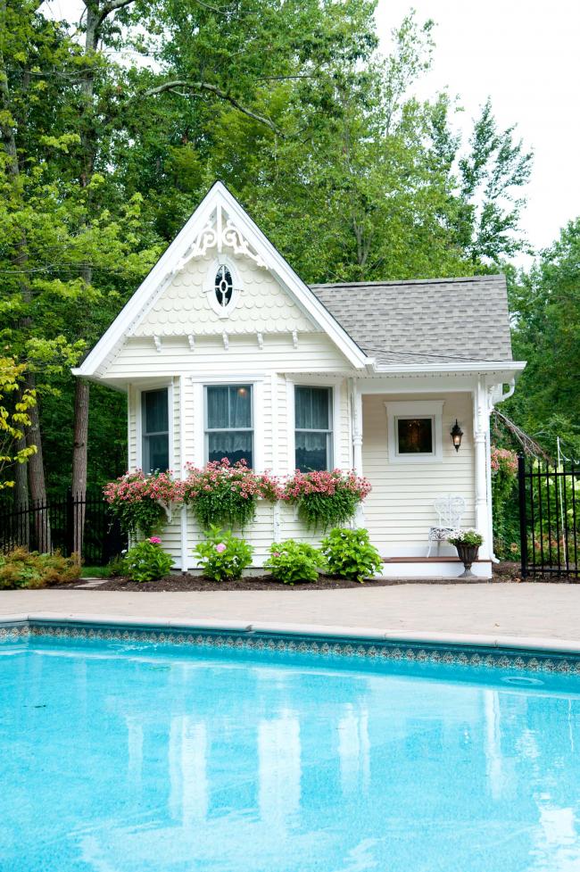 Вазоны с бакопой украшают викторианский домик у бассейна