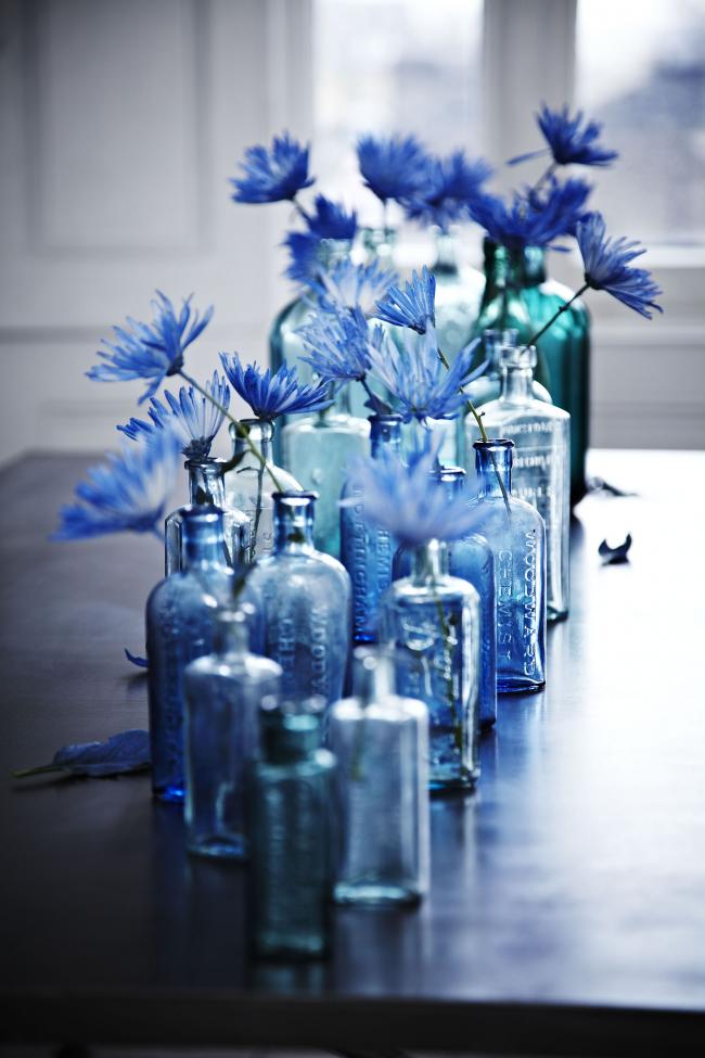 Завораживающая композиция из полупрозрачных бутылок станет изюминкой интерьера