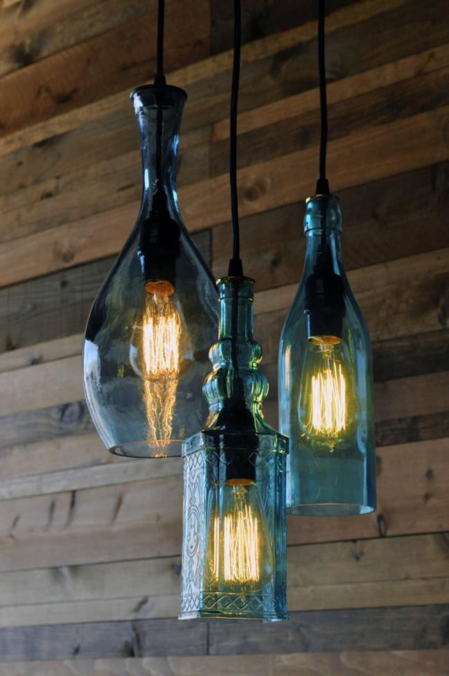 Также необычные по форме бутылки можно использовать в роли плафонов для лампочек