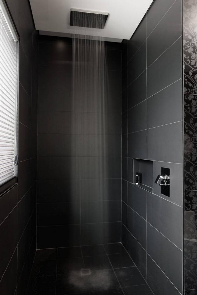 Тропический душ крепиться к потолку и обеспечивает максимальное разбрызгивание воды по всей душевой кабине