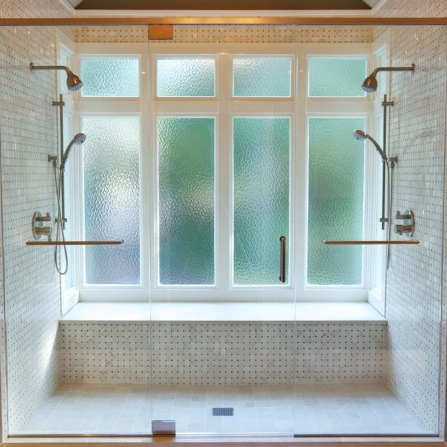 Душевые лейки с креплением к стене и съемные механизмы позволяют комфортно принимать душ