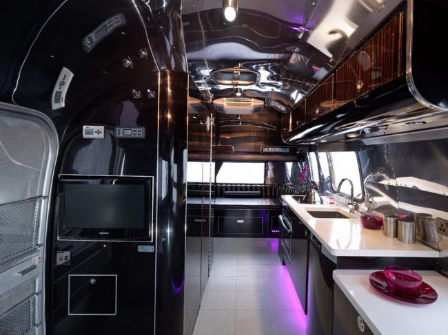 Автодома высокого класса оборудованы всей необходимой для комфортного проживания техникой, что по удобству практически уравнивает их со стационарным жильем