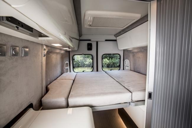 Раскладной диван - отличный вариант для интерьера небольшого дома на колесах