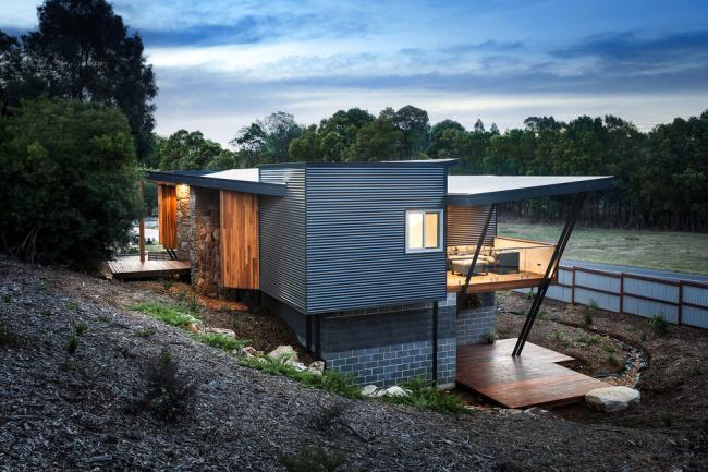 Двухэтажный дом из контейнеров и кирпича с балконом и террасой