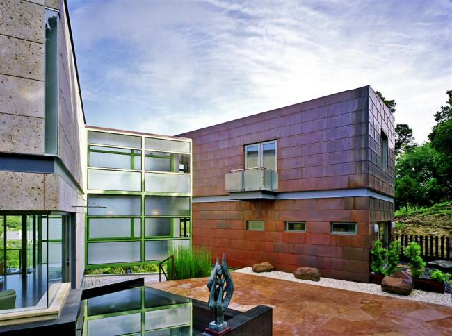 Технология строительства домов из контейнеров хороша тем, что позволяет быстро построить дом за несколько месяцев
