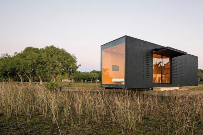 Частный дом, сделанный из обычного 40 футового контейнера, с панорамным остеклением