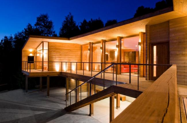 Один из наиболее популярных способов оформить фасад–это отделка деревом