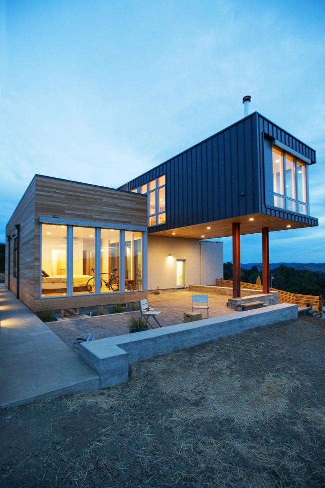 Красивое сочетание металла и дерева в оформлении фасада загородного дома