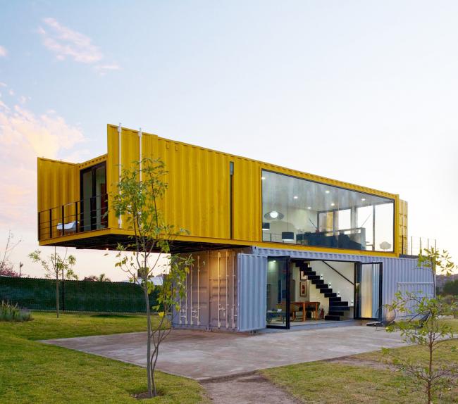 Дом из контейнеров - отличное решение для тех, кто хочет получить стильный и просторный дом по привлекательной цене
