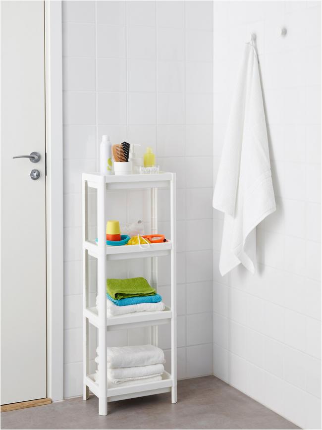 Пластиковая этажерка - один из экономных вариантов полочек для ванной комнаты
