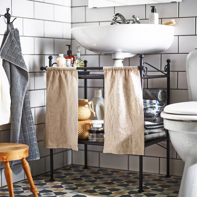 Оригинальная кованая этажерка со шторками для ванной комнаты