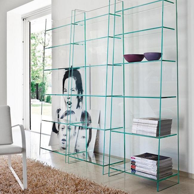 Необычная декоративная этажерка, сделанная только из стекла