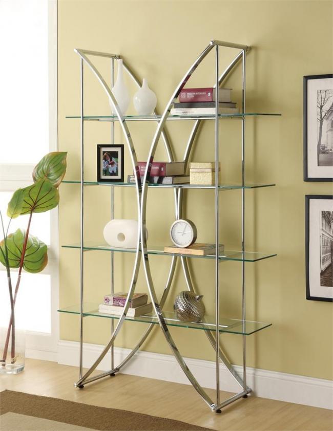 Креативную форму металлической конструкции этажерки дополнят стеклянные полочки с сувенирами