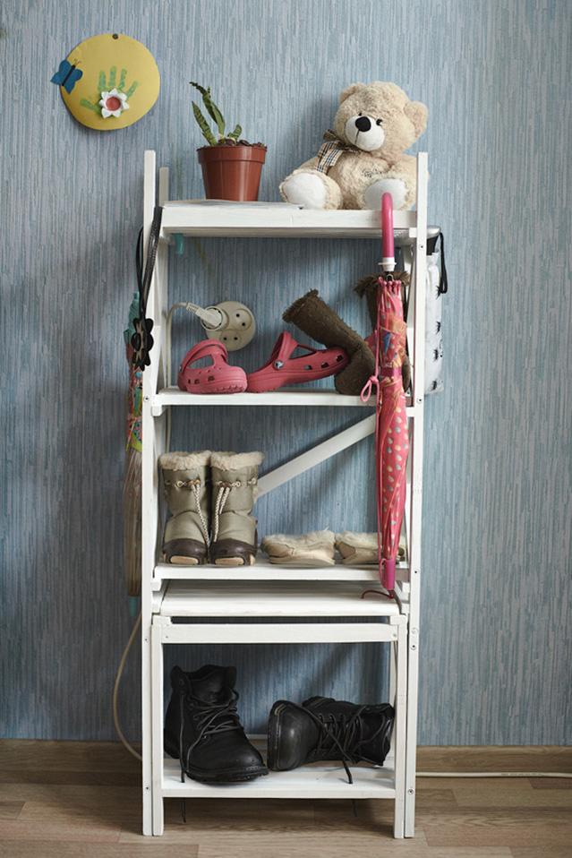 Простейший вариант этажерки для обуви из дерева, окрашенного в белый