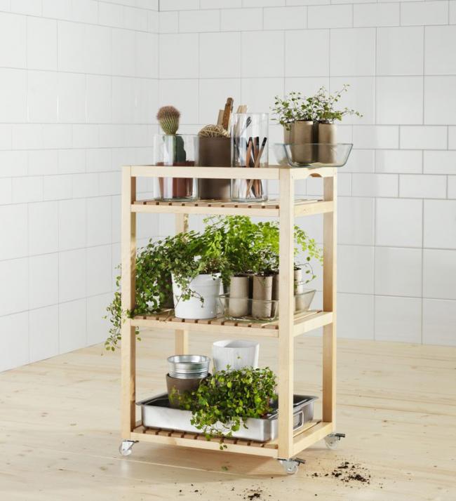 Передвижная этажерка из дерева для хранения цветов