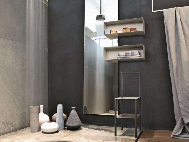Стильная ванная комната с необходимым аксессуаром в виде этажерки-стула