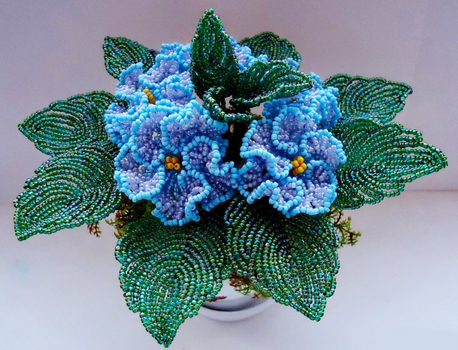Махровая фиалка из бисера голубого цвета