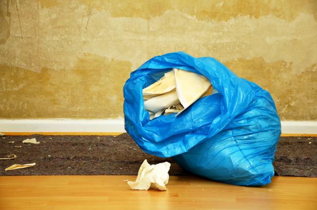 стопками за пределами квартиры Чтобы строительный мусор не мешал вам убирать, его лучше складировать