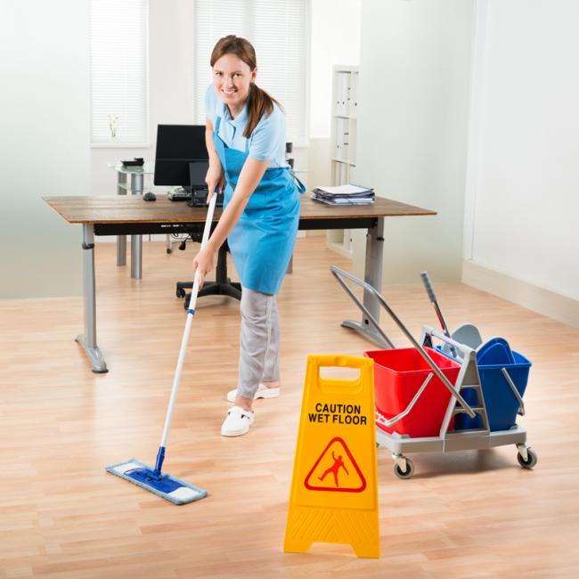 Уборка после ремонта нередко предлагается строительными компаниями, но качество такой работы гораздо ниже, чем у клининговых организаций