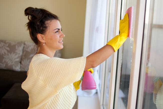 Мытье окон – одна из последних стадий генеральной уборки после ремонта