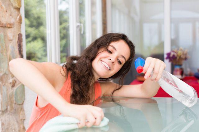Для очистки стеклянных поверхностей используйте спиртосодержащие средства