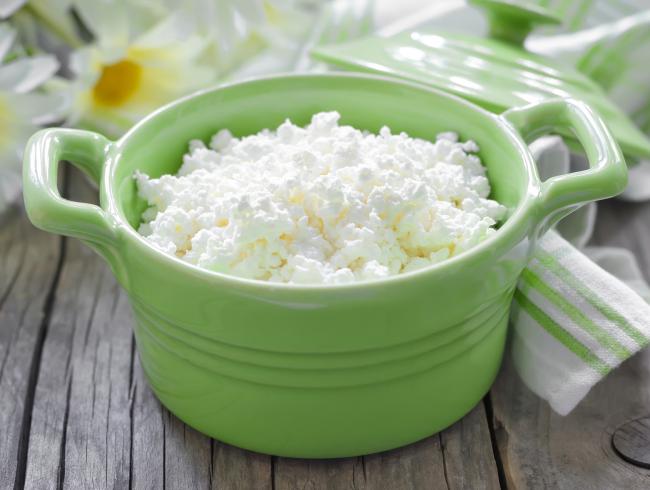 Достоинство приготовления творога дома – это возможность самостоятельно регулировать состав, жирность и консистенцию продукта