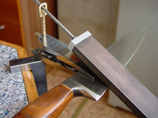 Уголок для заточки ножей, который крепится к мебели