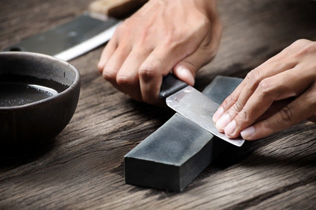 Самый традиционный способ заточки ножей своими руками - это точильный камень