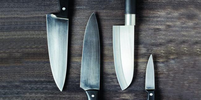 Заточить кухонный нож в домашних условиях можно легко и быстро, основная задача: не снять с лезвия слишком много стали, и сделать так, чтоб острота лезвия сохранилась надолго