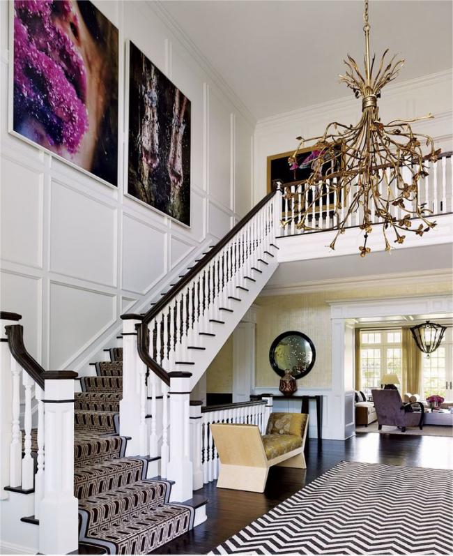 Современный ковёр в традиционном интерьере способен стать интересным дополнением интерьера