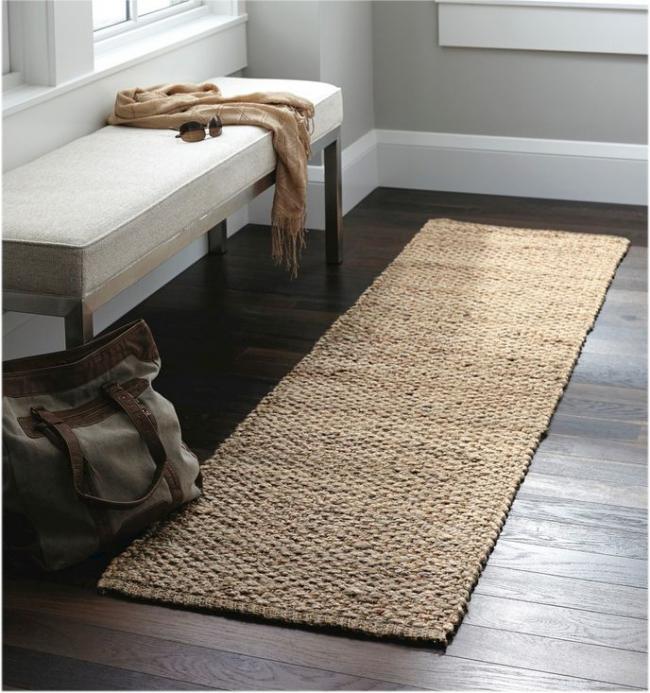 Небольшая ковровая дорожка сделает вашу прихожую более уютной