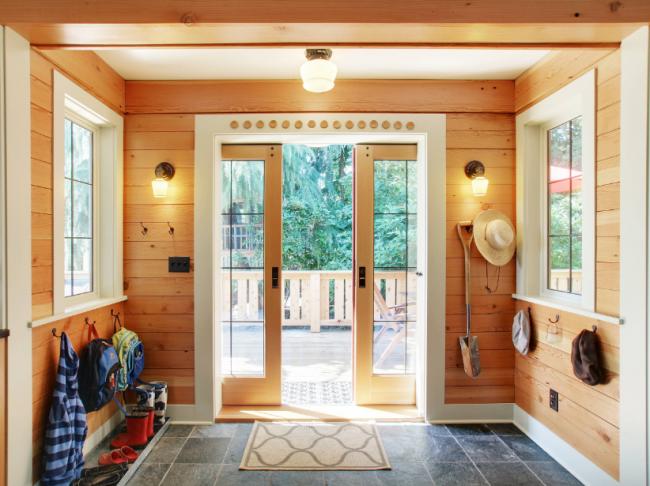 Маленькая ковровая дорожка с коротким ворсом у двери дома