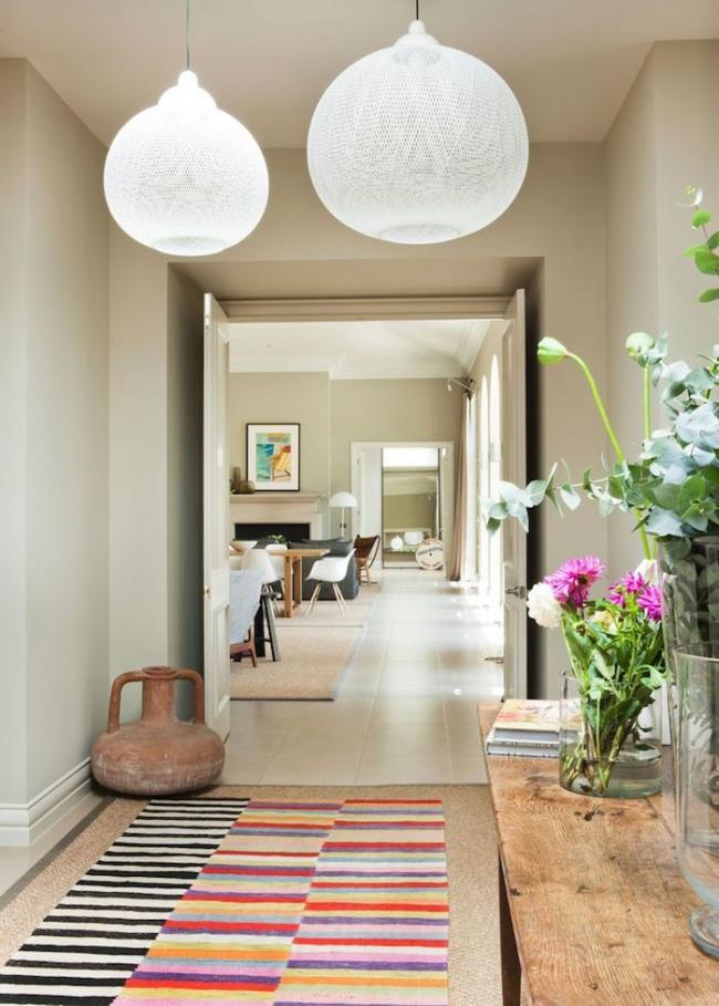 Полосатая ковровая дорожка в прямоугольном помещении