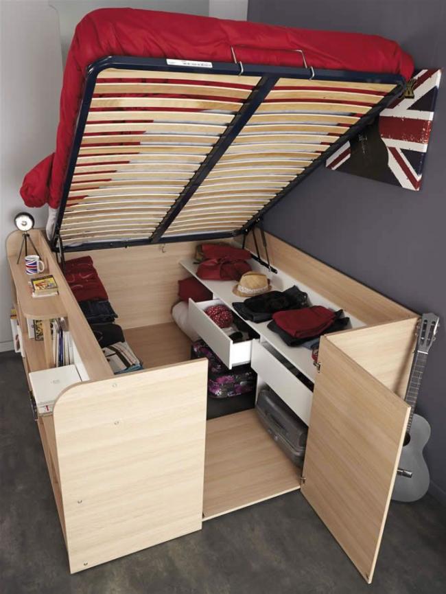 Небольшая гардеробная, размещенная под кроватью с подъемным механизмом