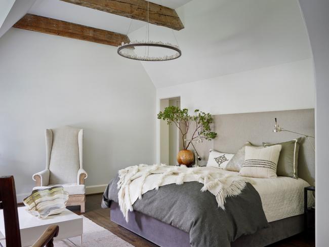 Деревянная балка в дизайне спальни