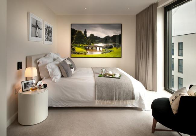 Небольшая спальная комната с окном в пол