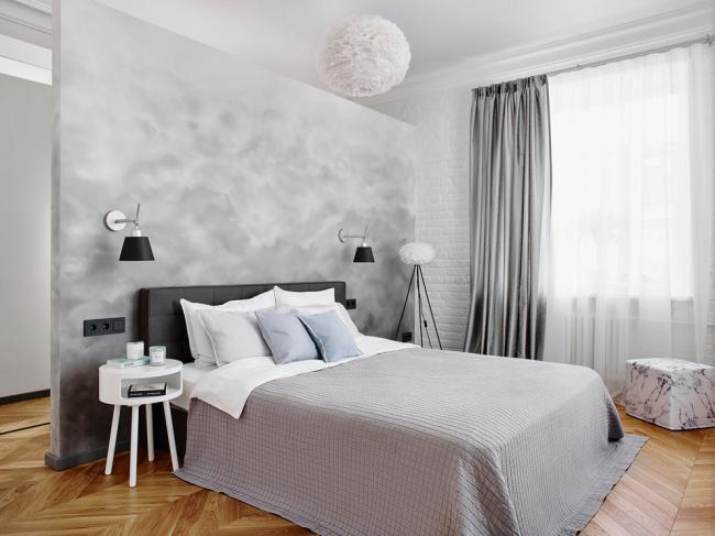 Декоративная покраска стены спальной комнаты