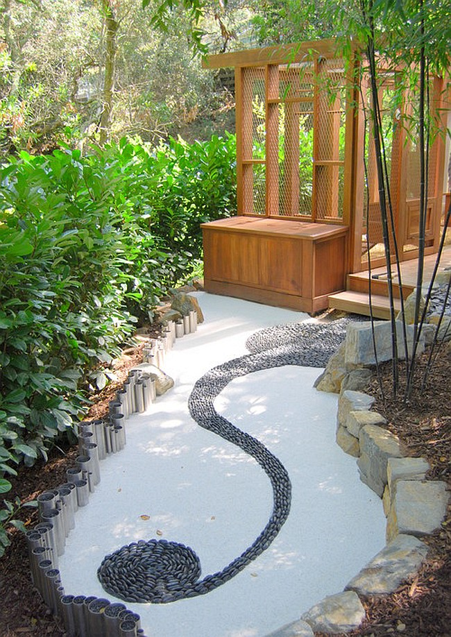 О бетонном фундаменте для стационарного курятника можно позаботиться заодно с созданием садовых дорожек на вашем участке