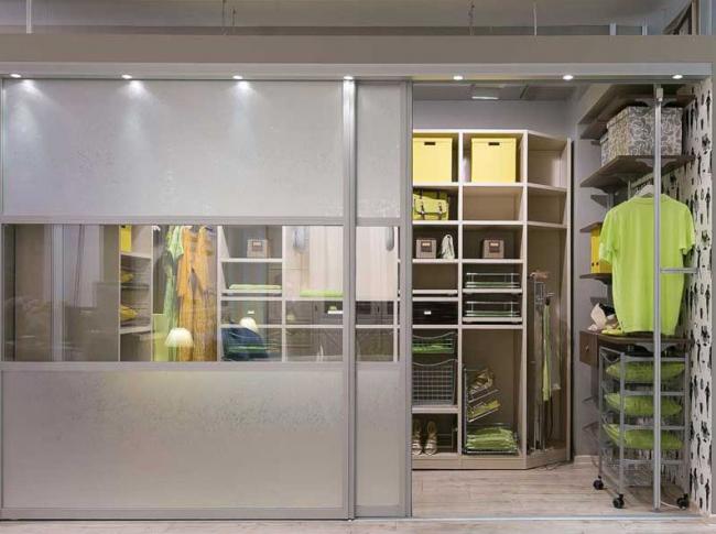 Просторная гардеробная со встроенными дверями-купе