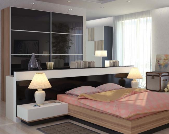 Интересный спальный гарнитур с глянцевым шкафом, выполняющим роль перегородки