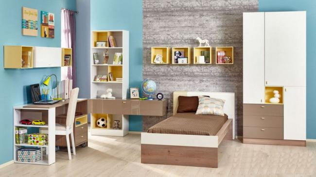 Полностью укомплектованная детская комната для подростка со множеством полочек